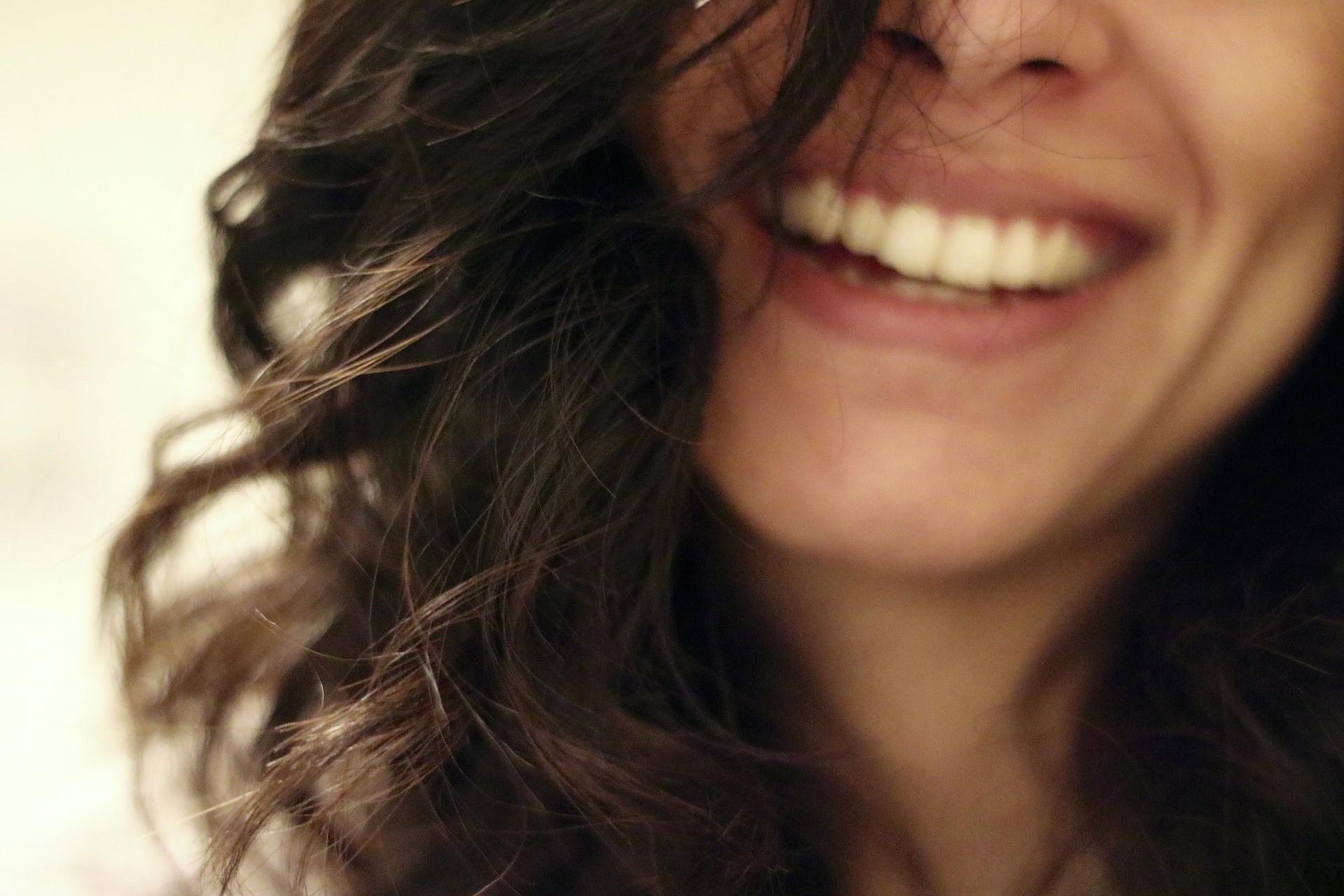 女性の笑顔画像
