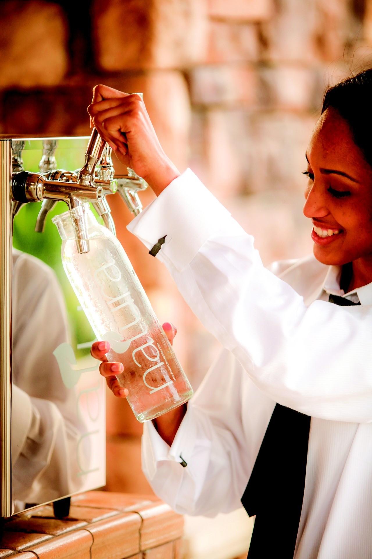 炭酸水を作る女性